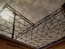 Архитектура неба геометрии ферменной конструкции стоковое изображение