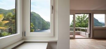 Архитектура, пустая живущая комната, окна Стоковые Фотографии RF