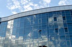 Архитектура современного города тема иллюстрации делового центра зодчества Отражение неба в окнах офисного здания Стоковые Изображения