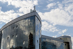 Архитектура современного города тема иллюстрации делового центра зодчества Отражение неба в окнах офисного здания Стоковая Фотография RF
