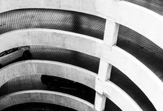 Архитектура спирального пути кривой и наклона пойти к месту для стоянки в торговом центре Вождение автомобиля на конкретной дорог Стоковые Изображения RF