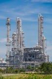 Архитектура химического завода рафинадного завода с голубым небом Стоковые Изображения RF