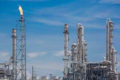 Архитектура химического завода рафинадного завода с голубым небом Стоковая Фотография RF