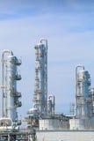 Архитектура химического завода рафинадного завода с голубым небом Стоковое Изображение RF