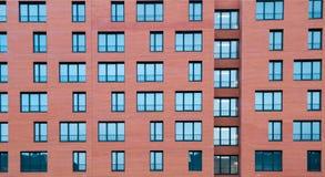 Архитектурноакустическая внешняя деталь жилого жилого дома с фасадом кирпича Стоковая Фотография RF