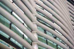 Архитектурноакустическая деталь белого трубчатого строя фасада стоковая фотография rf