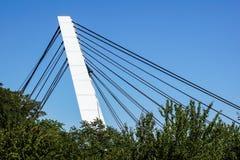 Архитектурноакустическая деталь моста против голубых небес Стоковые Фотографии RF