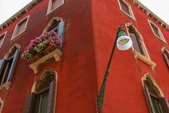 Архитектурноакустическая деталь традиционного дома в Венеции, Италии стоковое фото rf