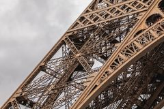 Архитектурноакустическая деталь Эйфелева башни в Париже Стоковое Фото