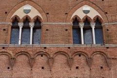Архитектурноакустическая деталь Palazzo Pubblico на аркаде del Campo в Сиене, Италии, Европе стоковая фотография