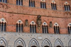 Архитектурноакустическая деталь Palazzo Pubblico на аркаде del Campo в Сиене, Италии, Европе стоковое изображение