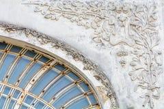 Архитектурноакустическая деталь на старом здании города Красивое arhitectural Стоковые Фото