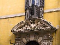 Архитектурноакустическая деталь окна с драконом в Риме Италии Стоковое фото RF