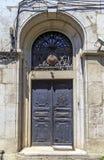 Архитектурноакустическая деталь, старая богато украшенная дверь Стоковое Изображение RF