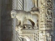 Архитектурноакустическая деталь льва на входе к собору Св. Лаврентия в Trogir, Хорватии Стоковая Фотография
