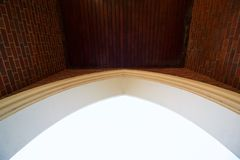 Архитектурноакустическая предпосылка свода с кирпичами, который нужно встать на сторону и накладными расходами деревянных панелей стоковые фотографии rf