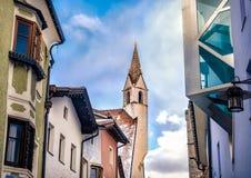 Архитектурноакустическая сработанность между новой современной архитектурой и старой высокой Стоковое Фото