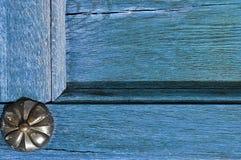 Архитектурноакустическая текстурированная предпосылка - старое деревянное бледное - синь с старой заклепкой металла Стоковая Фотография RF