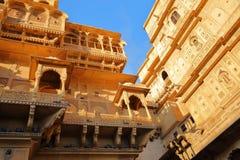 Архитектурноакустические детали дворца форта Jaisalmer в Jaisalmer, Раджастхане, Индии Стоковая Фотография
