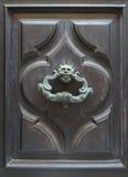 Архитектурноакустические детали - старое knoker двери Стоковые Изображения
