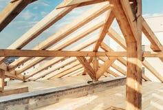 Архитектурноакустические детали чердака, деревянной системы крыши на строительной площадке стоковое фото rf