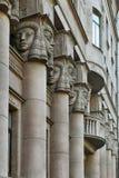 Архитектурноакустические столбцы, окна с балконом украсили египетские скульптуры Стоковые Фотографии RF