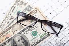 Архитектурноакустический проект и деньги со стеклами Предпосылка конструкции стоковая фотография rf