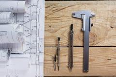 Архитектурноакустический проект, светокопии и разметочный циркуль на планах проектируя взгляд инструментов от верхней части полис Стоковые Изображения