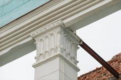 Архитектурноакустический столбец на фасаде исторического здания Стоковое Изображение RF