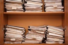 архитектурноакустически Деревянные полки с бумажными папками стоковые изображения rf