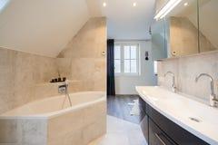 Архитектурноакустически построил bathroom с роскошный крыть черепицей, белые шторками, ванной и просторным дождем стоковые фото