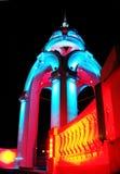 Архитектурноакустическое здание вечером с освещением цвета стоковые изображения rf