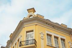 Архитектурноакустическое историческое здание с окном и балконом Стоковые Изображения RF