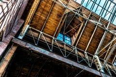 Архитектурноакустическое окно в крыше склада и открытый потолок Стоковое фото RF