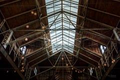 Архитектурноакустическое окно в крыше склада и открытый потолок стоковое изображение rf