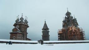 Архитектурный ансамбль правоверной деревянной церков Стоковое фото RF