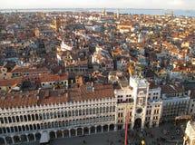 Архитектуры на аркаде Сан Marco и городском пейзаже взгляда Венеции от колокольни Стоковое фото RF