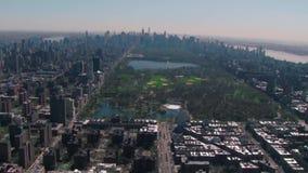 Архитектуры небоскреба Манхаттана район Нью-Йорка городской финансовый в воздушном взгляде городского пейзажа панорамы трутня 4k акции видеоматериалы