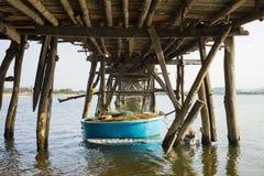 Архитектуры сторона моста полисмена Ong, самый длинный деревянный мост вниз в Вьетнаме Фокус на coracle Стоковое Фото