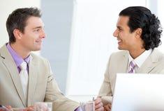 ассерторические бизнесмены взаимодействуя стоковое фото rf