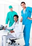 ассерторические доктора смотря мыжской луч x стоковые изображения rf