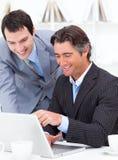 ассерторический компьютер 2 коллегаов работая Стоковые Изображения RF