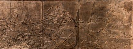 Ассирийская колесница во время охоты льва стоковое изображение