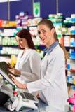 ассистентская фармация аптекаря Стоковая Фотография RF