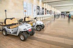 Ассистентские автомобили в авиапорте стоковые изображения rf