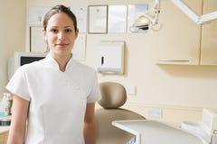 ассистентский зубоврачебный усмехаться комнаты экзамена стоковое фото