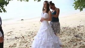 ассистентский корсет связи невесты помощи платья свадьбы на пляже видеоматериал