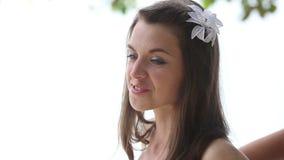 ассистентский корсет связи невесты помощи платья свадьбы на пляже сток-видео
