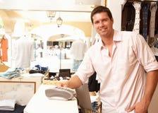 ассистентский магазин сбываний одежды Стоковое Изображение RF