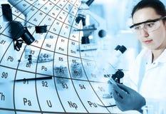 Ассистент лаборатории женщины в лаборатории Стоковые Изображения RF